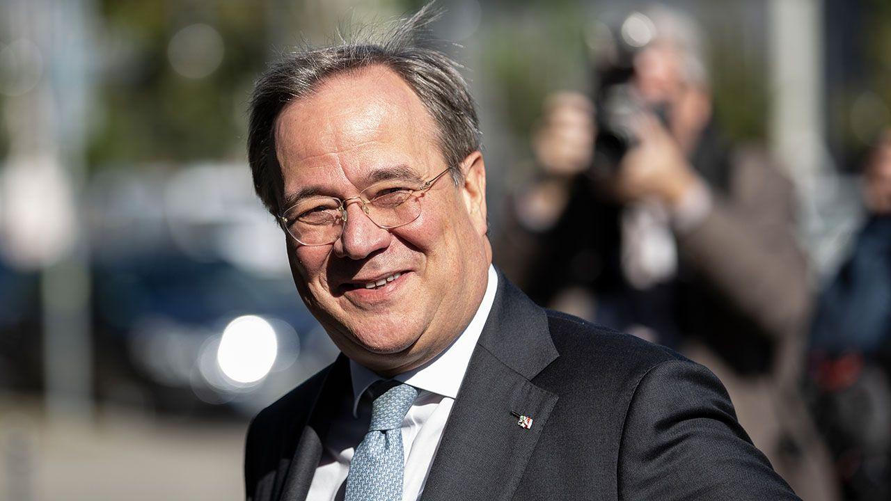 Ministerprasident Armin Laschet Ohne Maske Im Flugzeug Gesichtet Doppelmoral Masken Armin
