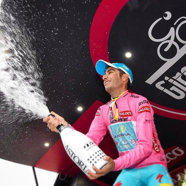 GIRO D'ITALIA - Fabio Aru maglia rosa: è la prima volta di un sardo. «Questa maglia è per la Sardegna, vincere si può». Sul nostro sito lo speciale dedicato al Giro, con articoli, interviste, video e fotogallerie #solobellenotizie #giroditalia #giro2015 #fabioaru
