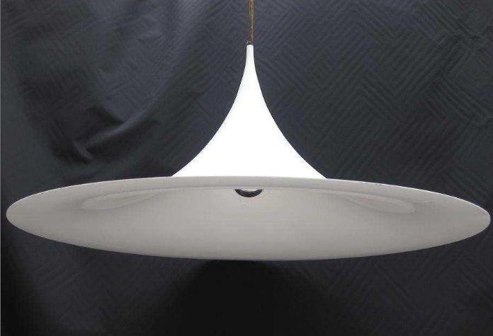 Geweldige, mooie designlamp (hanglamp) van Claus Bonderup and Torsten Thorup / Fog & Morup uit 1967. Kleur is wit.     Echt een eyecatcher voor wie van design (vintage/retro) houdt! In goede staat voor 2ehands design.     Lamp model Semi - heksenhoed - een jaren '60 design. Wit metaal met een doorsnede van 60 cm.   Conditie: Goede vintage staat    Prijs: 120 euro.