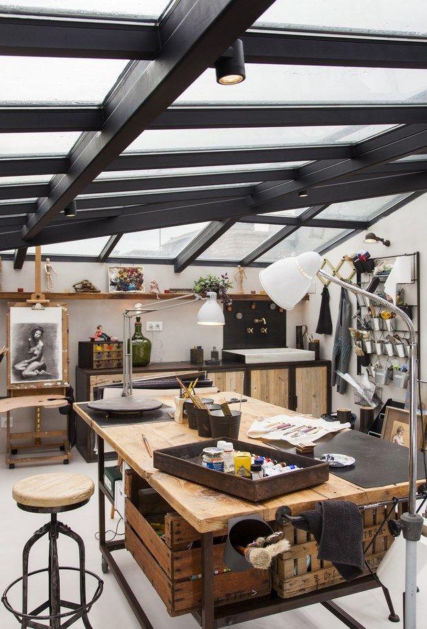 上も周りもガラス張り 天窓の下の明るく開放的なワークスペース