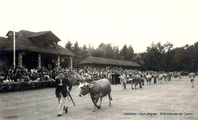 Partehartzaileen desfilea Fadurako abere-lehiaketa batean // Desfile de participantes en un concurso de ganado en Fadura, 1950 (ref. 00471)
