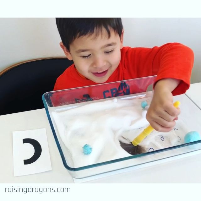 Here's a fun, winter, sensory activity that's great for letter recognition, pincer grasp and fine motor skills! #prek #preschool