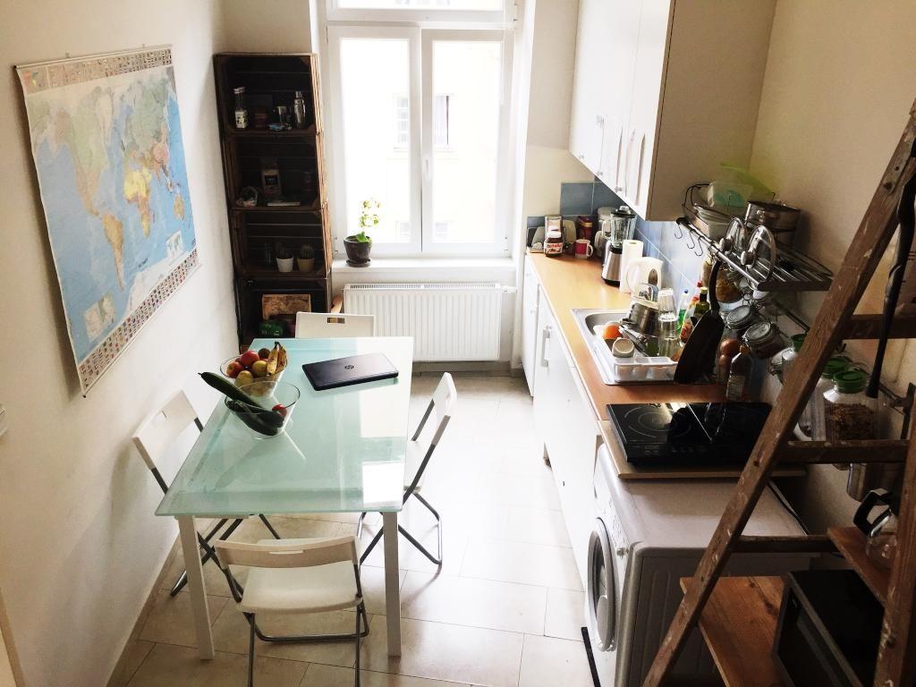 Gemütliche WG-Küche mit Glastisch und großem Fenster. #Küche ...