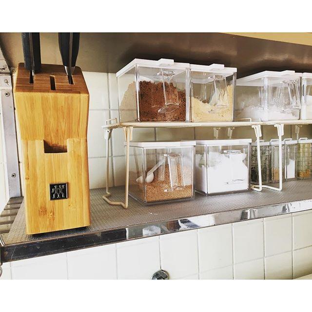 2016 10 23 13 18 14 Yu 1417 Kitchen 古い古いお家なので収納もなければ オシャレに見せることも難しいけど 出来るだけ白でまとめて清潔感や広くみえるようにしてます 乾燥剤は 珪藻土のsoilのグリーン Kitchen Storage Storage Interior
