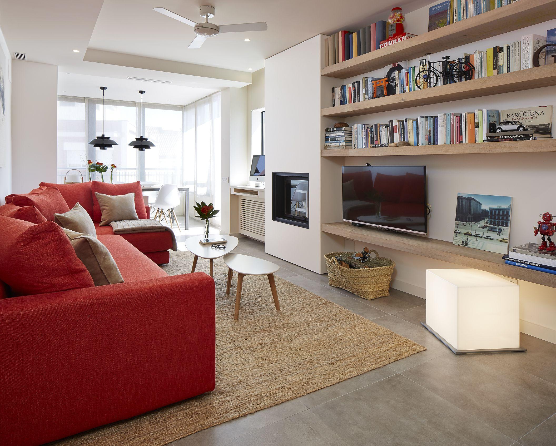 Foto sala con planta alargada repisas a la medida y sof - Poner chimenea en un piso ...