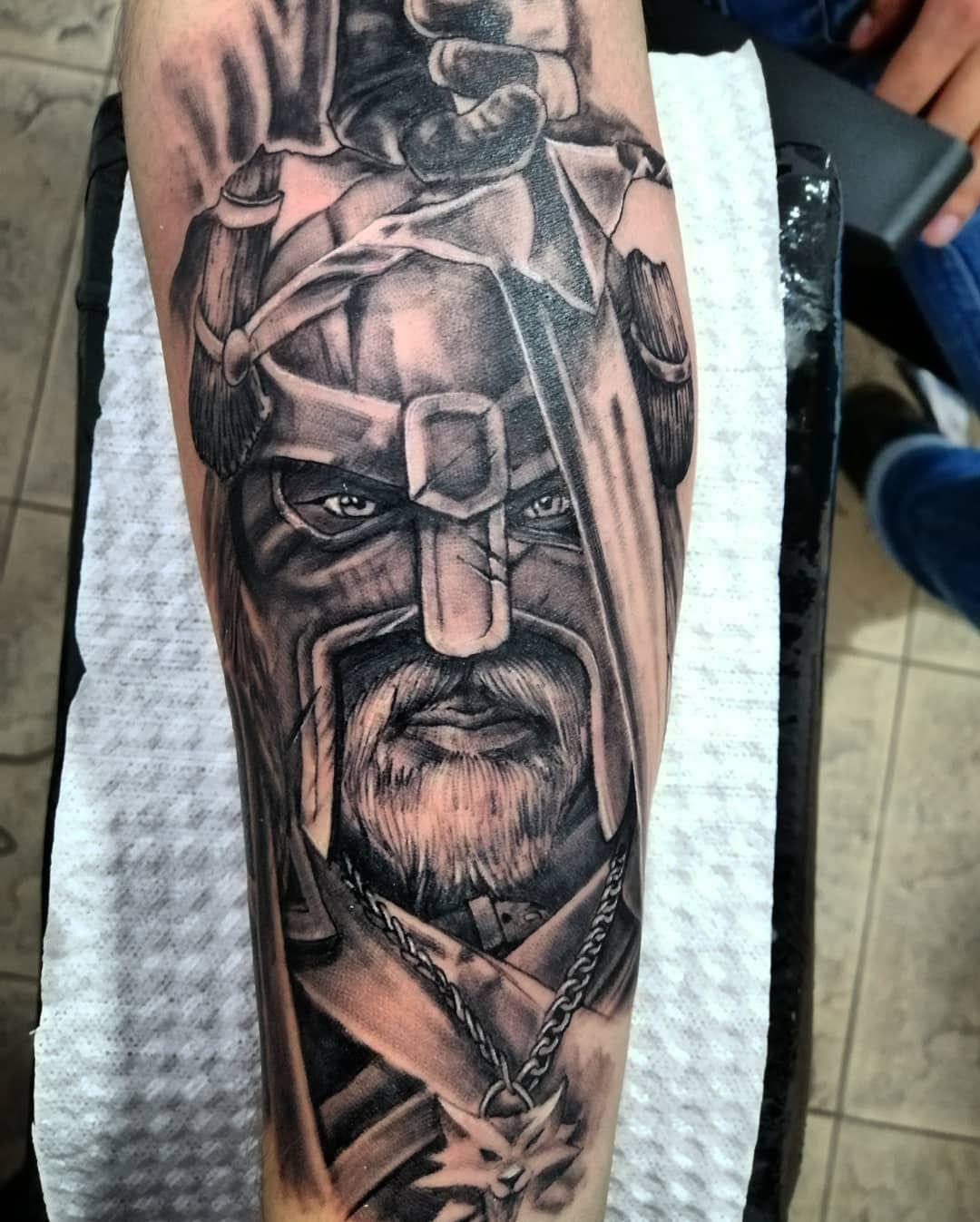 Hace un par de dias, atendiendo previa cita! Mi numero en mi perfil #viking #sword #vikingtattoo #realistictattoo #inked #tattoolife #tattooink #dinamicink