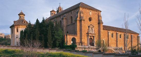 La Cartuja monesterio era no construido hasta 1515 tan es un combinación de mucho estilos del arte. Los planos es originalmente medieval, pero el monasterio es solamente barroco. El interior es muy rico con pilares de mármol y madera tallada. El monasterio es un edificio de muy significo por barroco arquitectura.