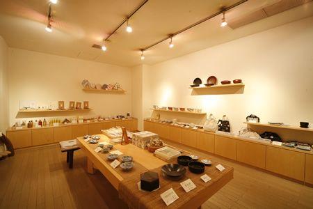 ギャラリーの趣がある売店。加賀の伝統工芸品など、こちらも厳選された品がさりげなく置かれている