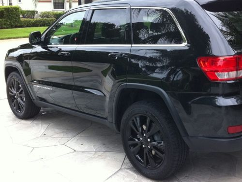 Jeep Grand Cherokee Wheel 20 Altitude Black Part No 1te70dx8ae Moparonlineparts Com Black Jeep Jeep Grand