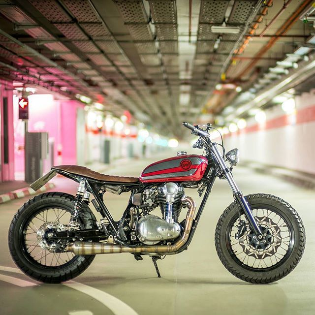 Weld done. Kawasaki W650 Scrambler II by Frankfurt's Schlachtwerk, searching for the emergency exit so it tear some serious ass on the streets.  Marc Holstein #dropmoto #kawasaki #w650 #streettracker #tracker #builtnotbought#LTmoto