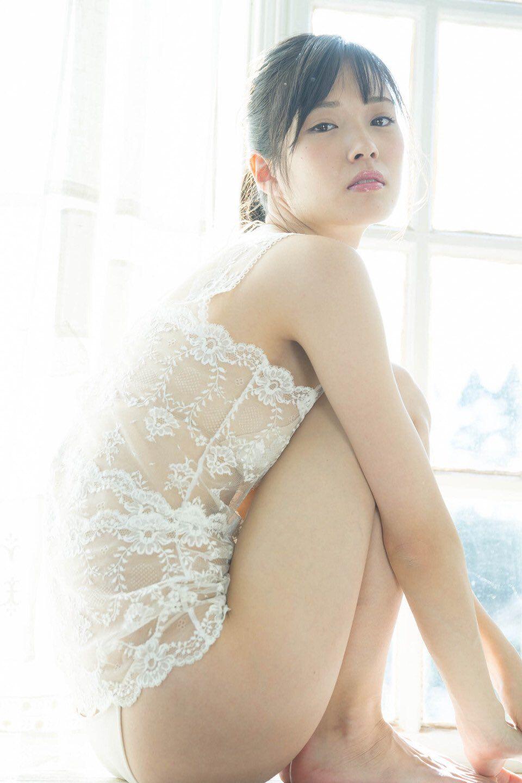Jeune shemale asiatique sans poitrine dans un film XXX - Trans