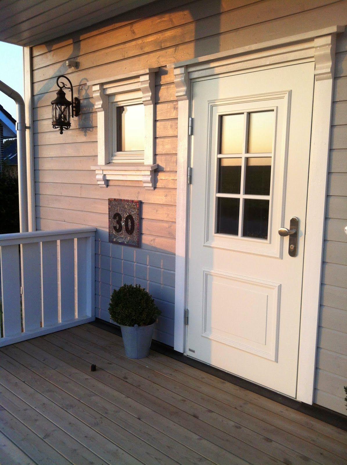 Ein schönes Eingangspodest aus Holz ist eine stilechte Ergänzung zu einem echten Schwedenhaus. Baubüro Süd der Akost GmbH: www.bau-dein-schwedenhaus.de