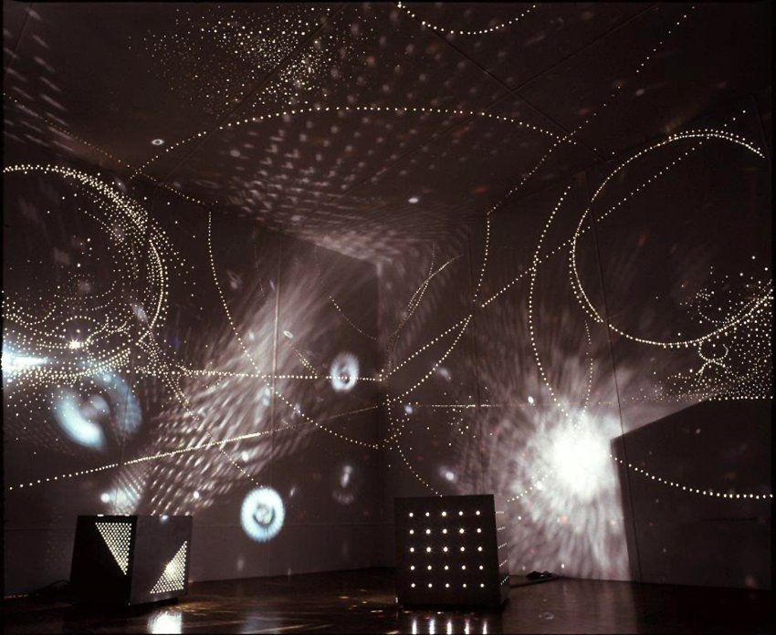helles in celle in otto pienes lichtraum kann man zusehen wie unz hlige punkte an w nde die. Black Bedroom Furniture Sets. Home Design Ideas