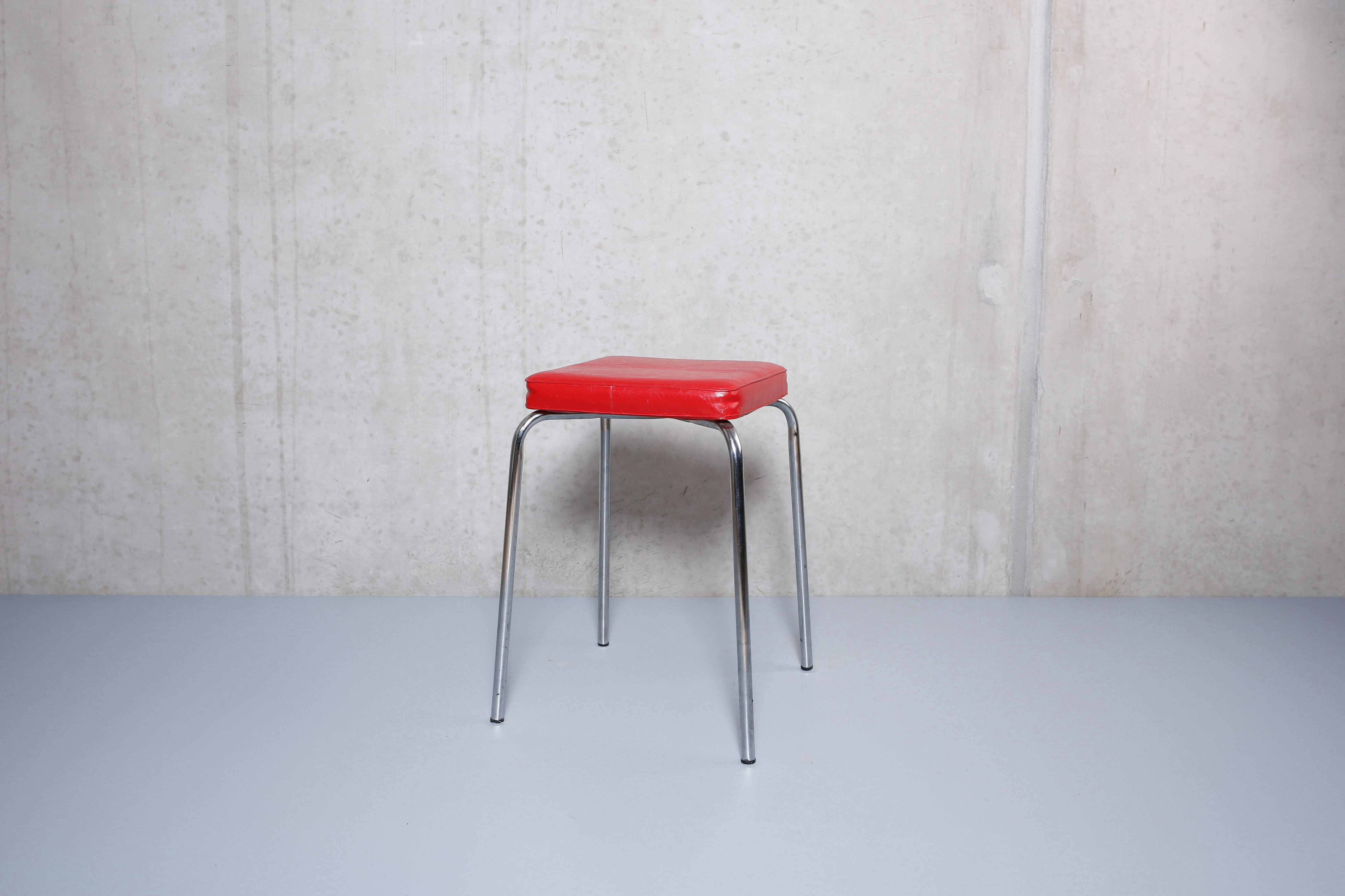 Roter Skai Hocker, Chromgestell / rotes Kunstleder | rote Stühle ...