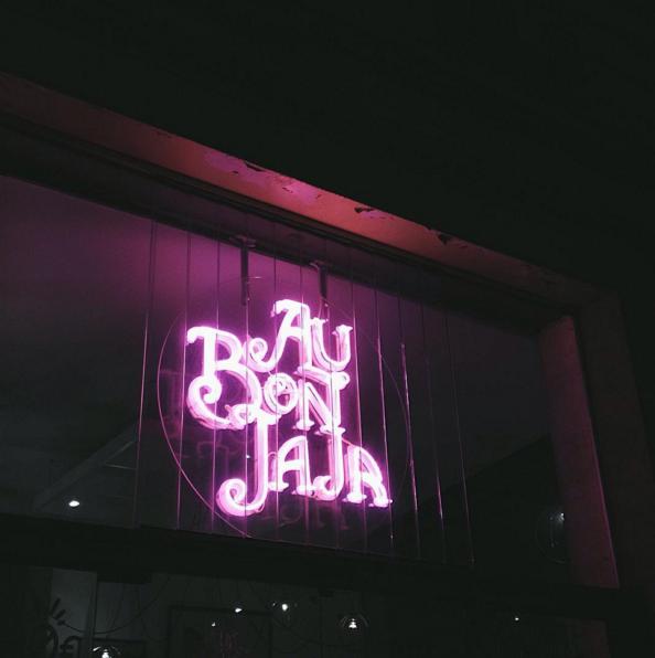 AU BON JAJA . BAR A VINS COURS ALSACE LORRAINE BORDEAUX.  Le Bon Jaja : un bar à vin rétro et atypique cours Alsace-Lorraine, à Bordeaux. De bons produits et une ambiance très posée.