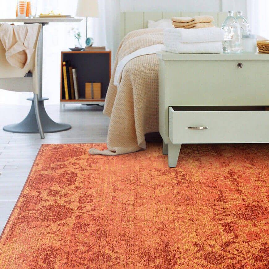 Ein neutrales Schlafzimmer mit einem hellen orange und rosa - schlafzimmer orange