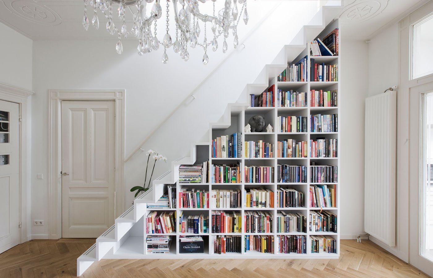 espacio bajo escaleras como librero