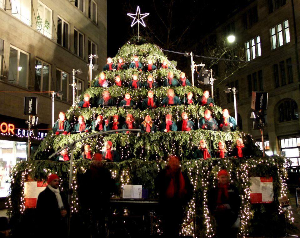 singender weihnachtsbaum z rich christmas singing. Black Bedroom Furniture Sets. Home Design Ideas