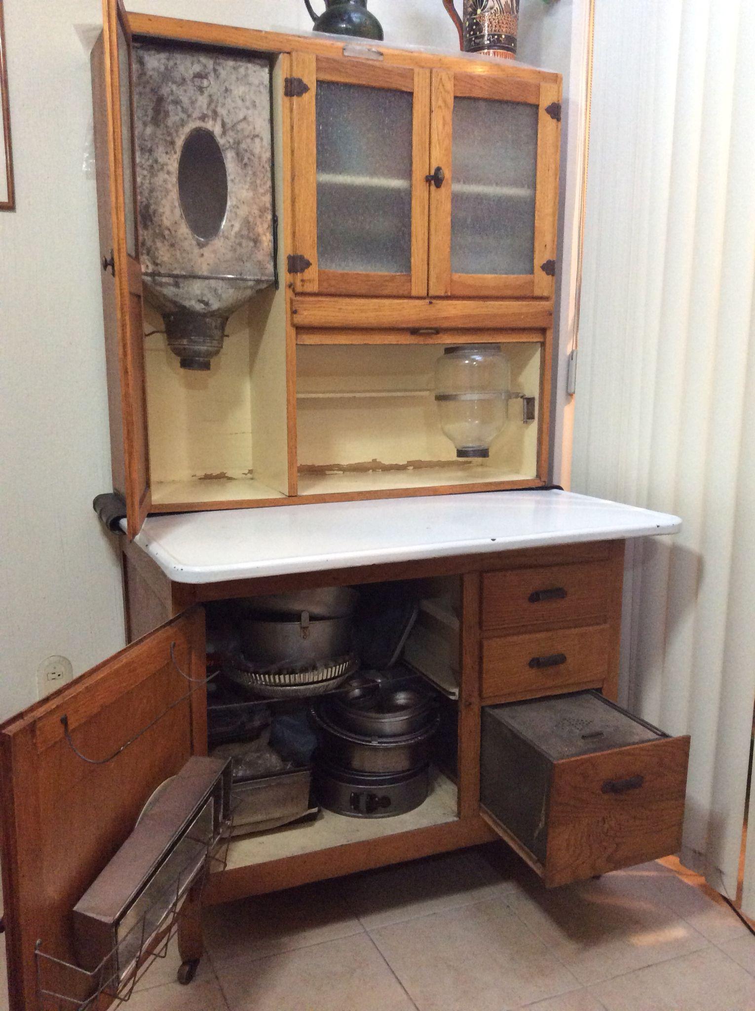 Mueble antiguo repostero con recipiente para el harina, azúcar ...