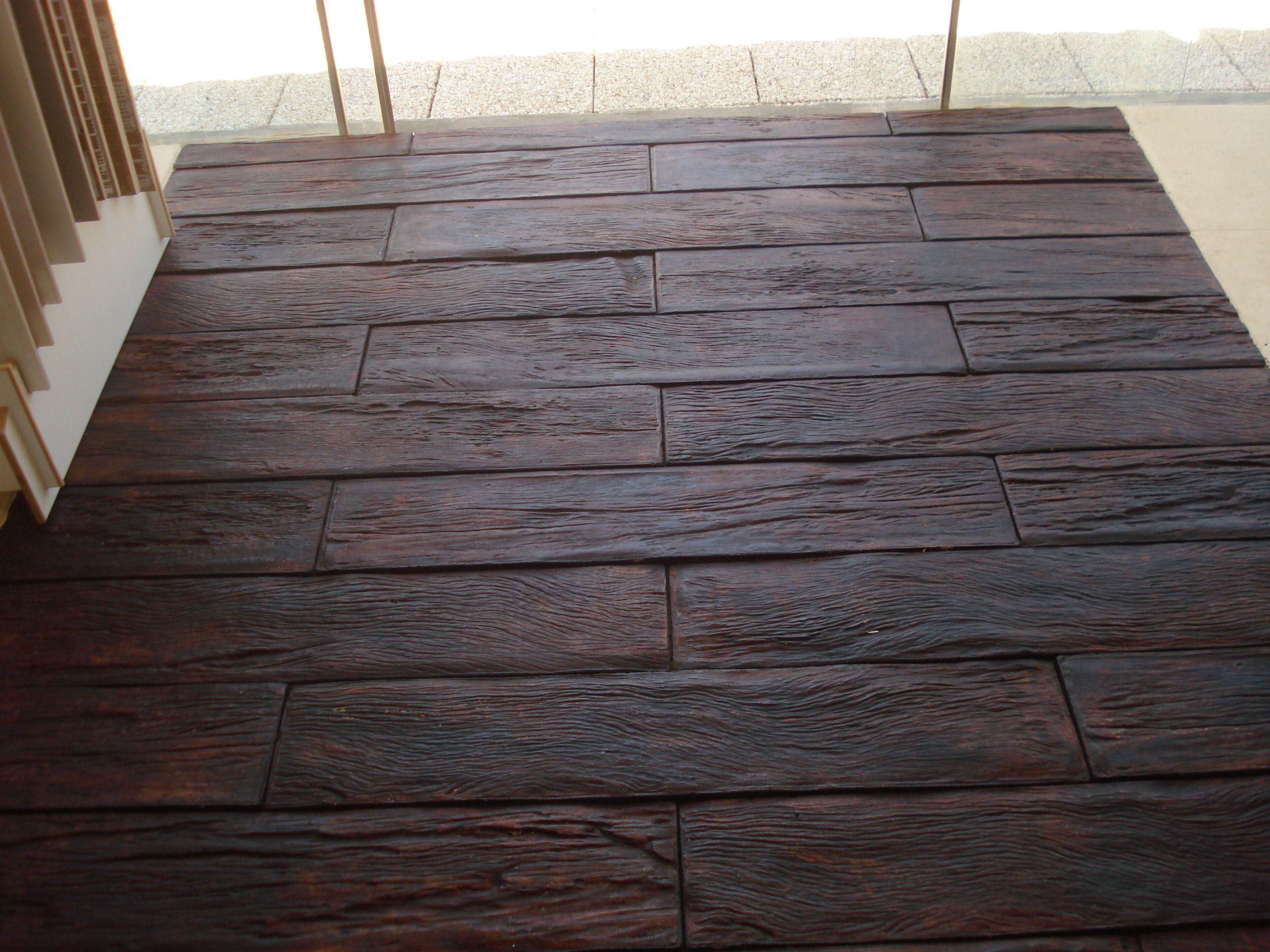 Esse cimentício é lindo, imita madeira, olhando é difícil acreditar que não o seja. Venha conhecer na nossa loja.