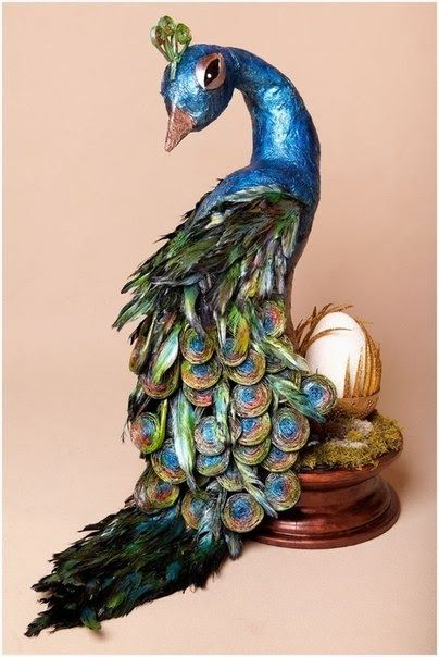 Arte reciclaje hermoso pavo real hecho de papel for Manualidades con plumas