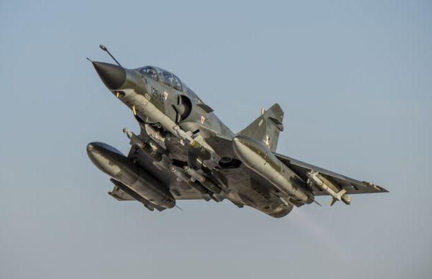 Photo : © EMA – Décollage de la BAP de Jordanie d'un Mirage 2000N équipé de 4 GBU-12.