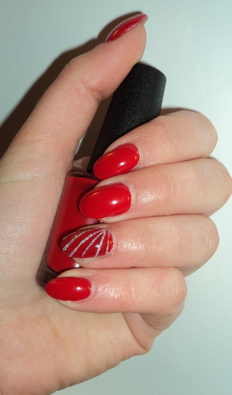 Très Rouge Glam, pose de gel avec vernis CND Vinylux rouge red et  LL14