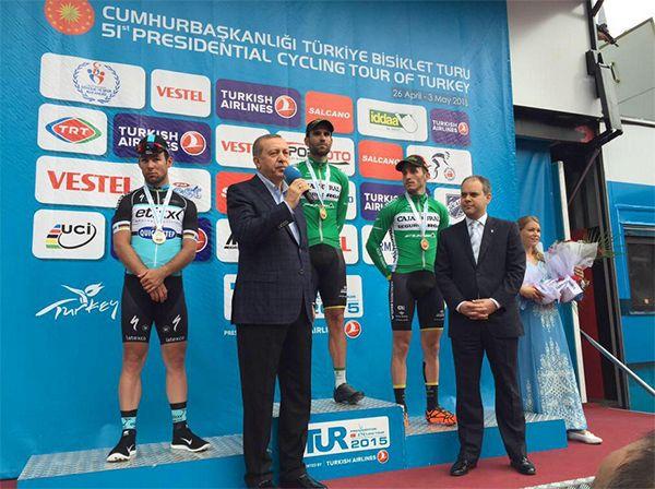 51. Cumhurbaşkanlığı Bisiklet Turu'nda skandal       Turun bitmesinin ardından podyuma çıkan sporculara ödüllerini vermek üzere gelen Cumhurbaşkanı Erdoğan, podyumun önünde konuşma yapmaya başladı.