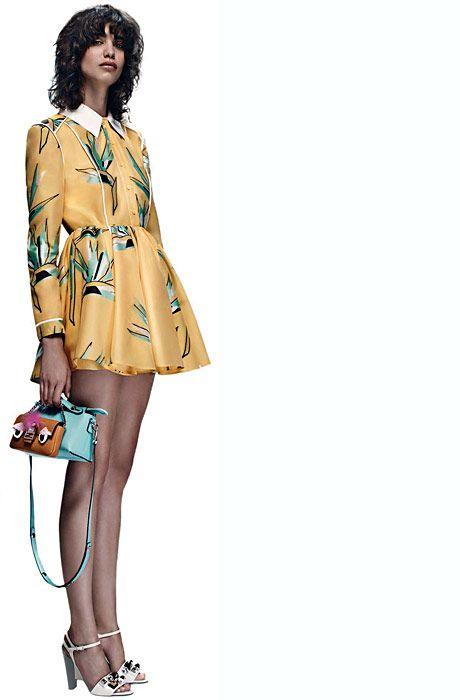 Karl Lagerfeld presentó su colección resort para la etiqueta Fendi. El hilo conductor fue una flor llamada strelitzia,, que estampó en vestidos con cuellos camiseros y en prendas combinadas con cuero.