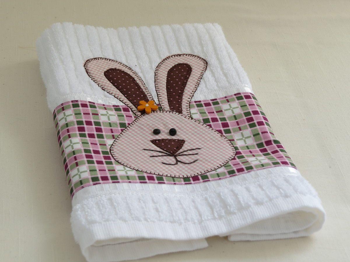 Toalha de mão bordada com ponto caseado.  Consulte estampas e tecidos no ato do pedido.