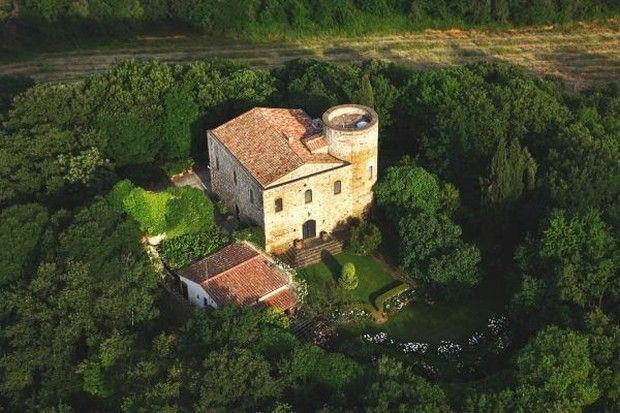 aunque te encuentras en el apartado casas de lujo, hoy hablamos de castello di scerpena es un magnífico castillo medieval situado en la provincia ita ...