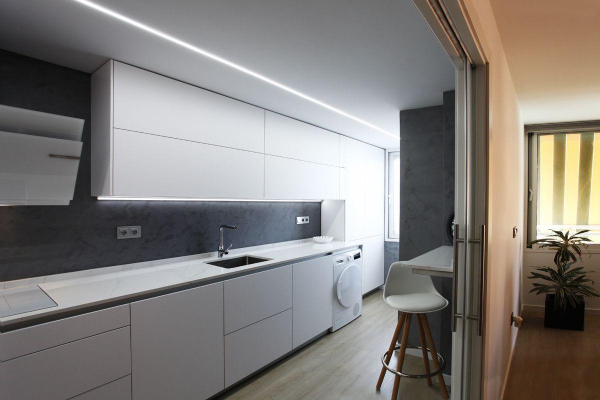 Gracias a la luz natural de esta cocina cocimed ha podido for Cocina de madera gris oscuro