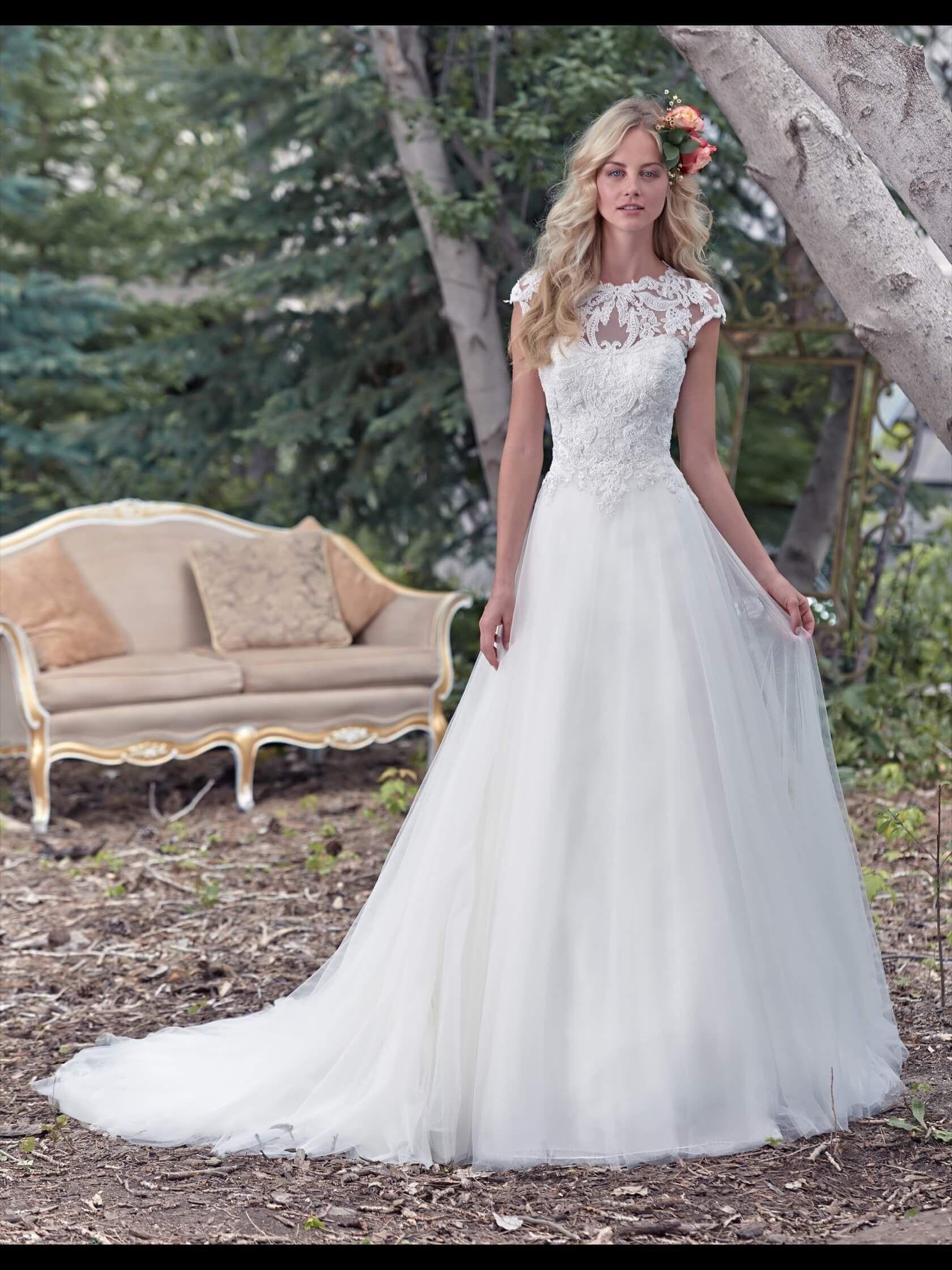a5f195161fa3 Abito da sposa in stile romantico tulle e organza. Corpetto interamente ricamato  con perle e strass. Scollo a barca di pizzo francese trasparente