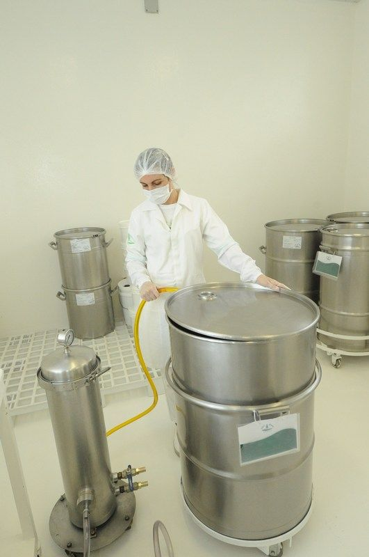 Ao lado esquerdo da foto, veja o filtro pelo qual passa o óleo extraído a frio. http://www.vitalatman.com.br/prensagem-a-frio/