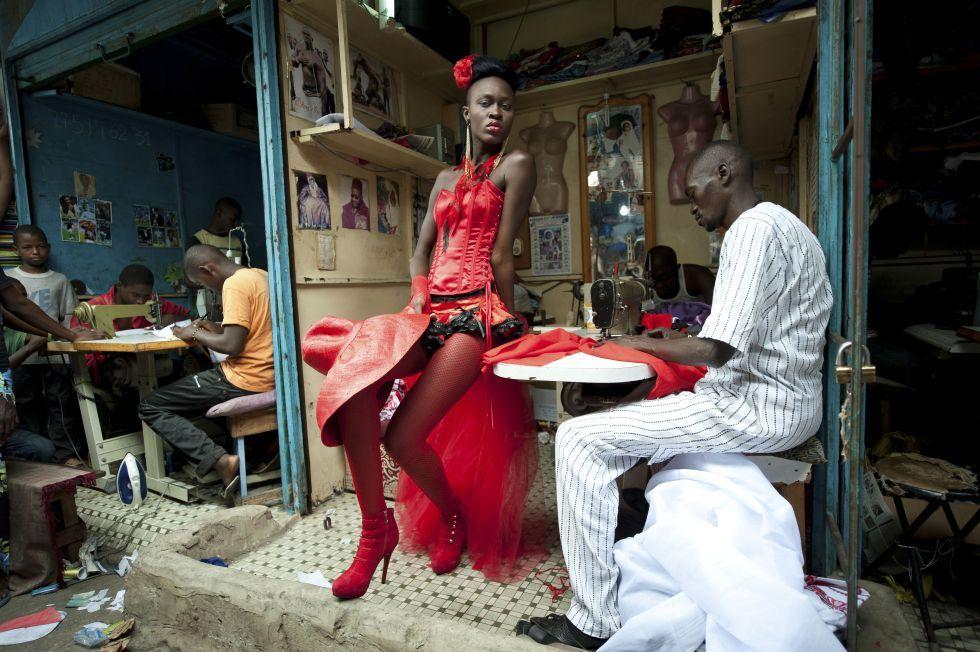 Segundo premio en la categoría de 'Artes y entretenimiento', en la que una modelo posa con una creación de la diseñadora Yolande Mancini, frente a un sastre en Dakar, Senegal (Riva press para Le Figaro Magazine).