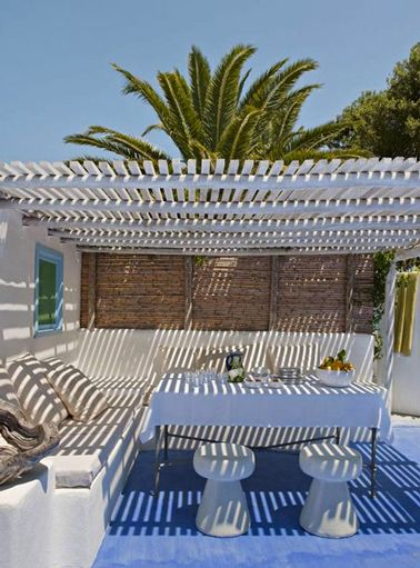 pergola bois sur terrasse d co m diterran enne pergola bois sols en ciment et maison grecque. Black Bedroom Furniture Sets. Home Design Ideas