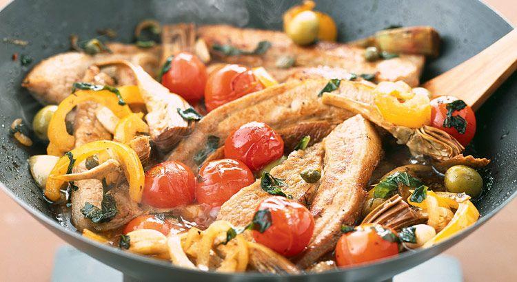 Laissez-vous séduire par la saveur de ce tendron de veau à la provençale agrémenté de tomates, d'artichaut, de poivrons et d'olives.