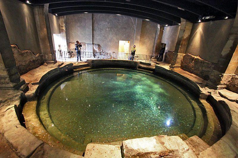 Photo Circular Plunge Pool At Roman Baths In Bath England