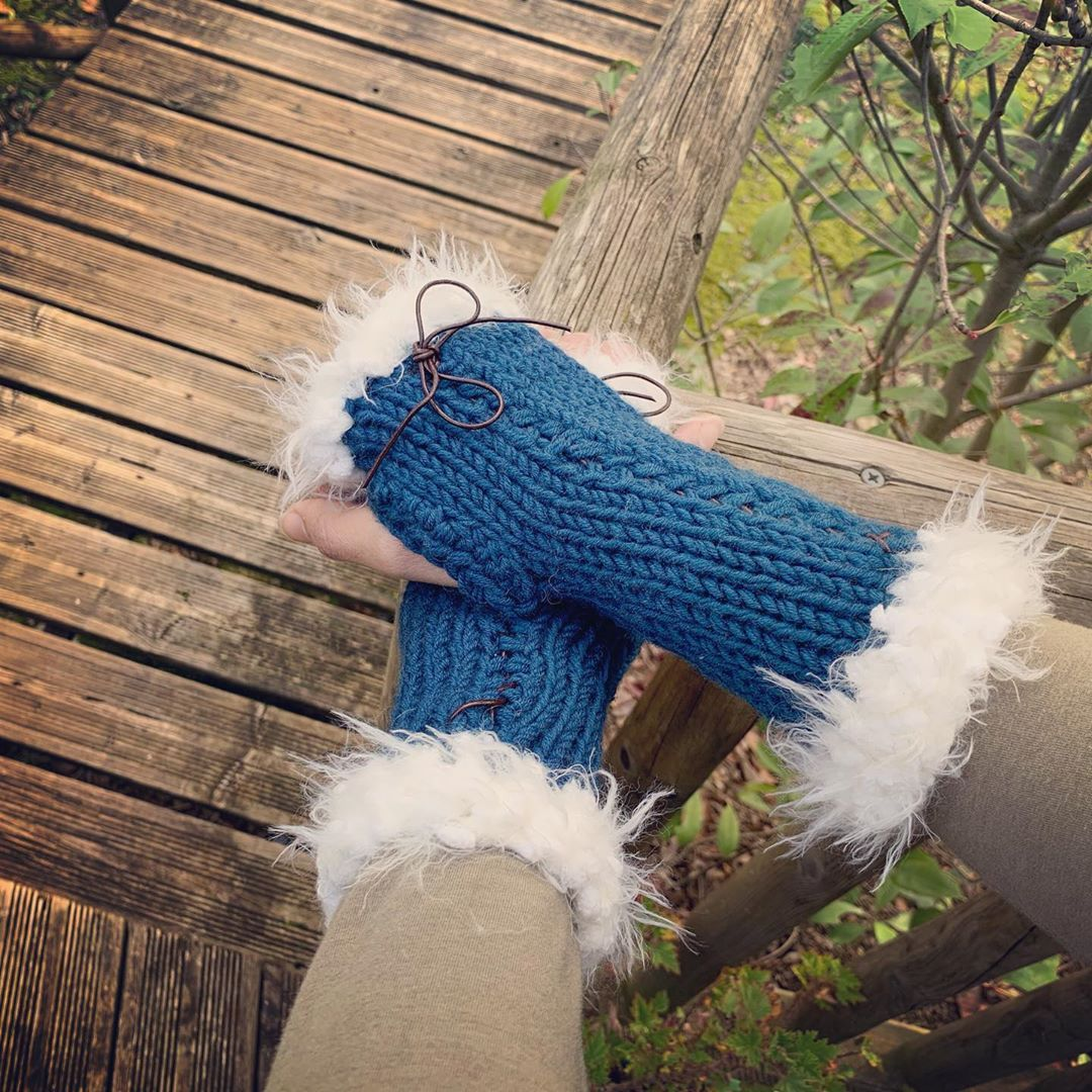 "LydieS on Instagram: ""Un peu de douceur... patience le printemps est bientôt là. #mitaines #tricot #hivers #auchaud #crochet #laine #merino #lacet #fluffy…"""