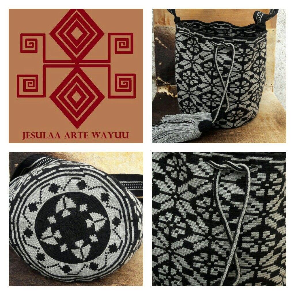 Mochila wayuu diseño floral en tono negro y gris.