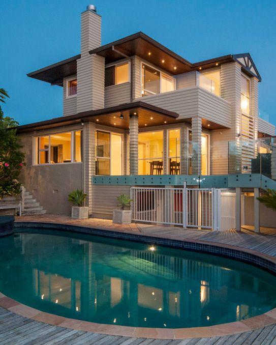Casa com design moderno e com uma linda piscina.