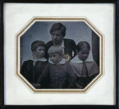 Porträt einer vierköpfigen Familie (Vater mit drei Kindern).