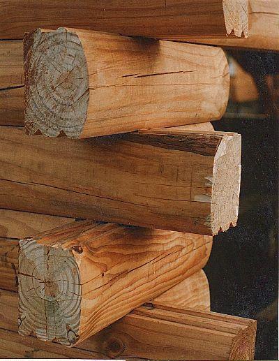 """Sistema constructivo con troncos macizos. Nuestras paredes cuyo espesor es de 15 cm., son térmicamente equivalentes a una pared de ladrillos de 45 cm. Como las paredes de troncos son sólidas, mucho más de lo que se usa en construcción estándar, tienen más """"masa térmica"""".  Esto hace que absorban calor y luego lo re-irradien de retorno a la fuente que lo originó (al interior en invierno, al exterior en verano). Puede ver mas detalles en nuestra pag. web: casadetroncos.com"""