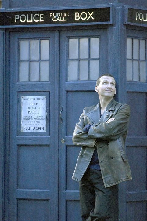 Christopher Eccleston As The Doctor With His Tardis Eccleston Played The 9th Doctor In Season 1 Of The Modern D Doctor Who Episodes Doctor Who Ninth Doctor