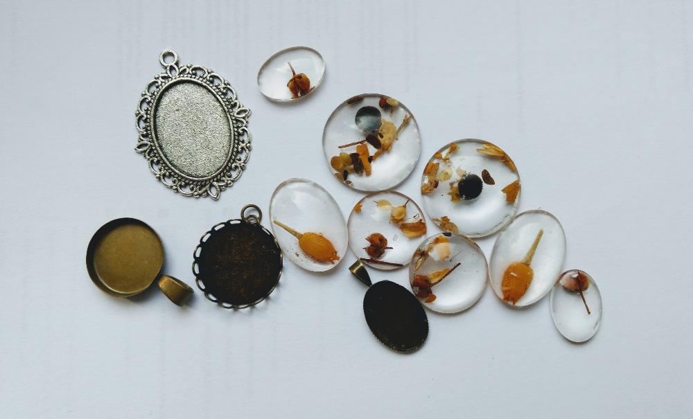 Bizuteria Z Zywicy Jak Zrobic Bizuterie Z Zywicy Epoksydowej Jak Zatopic Rosliny W Zywicy Jewelry Earrings Drop Earrings