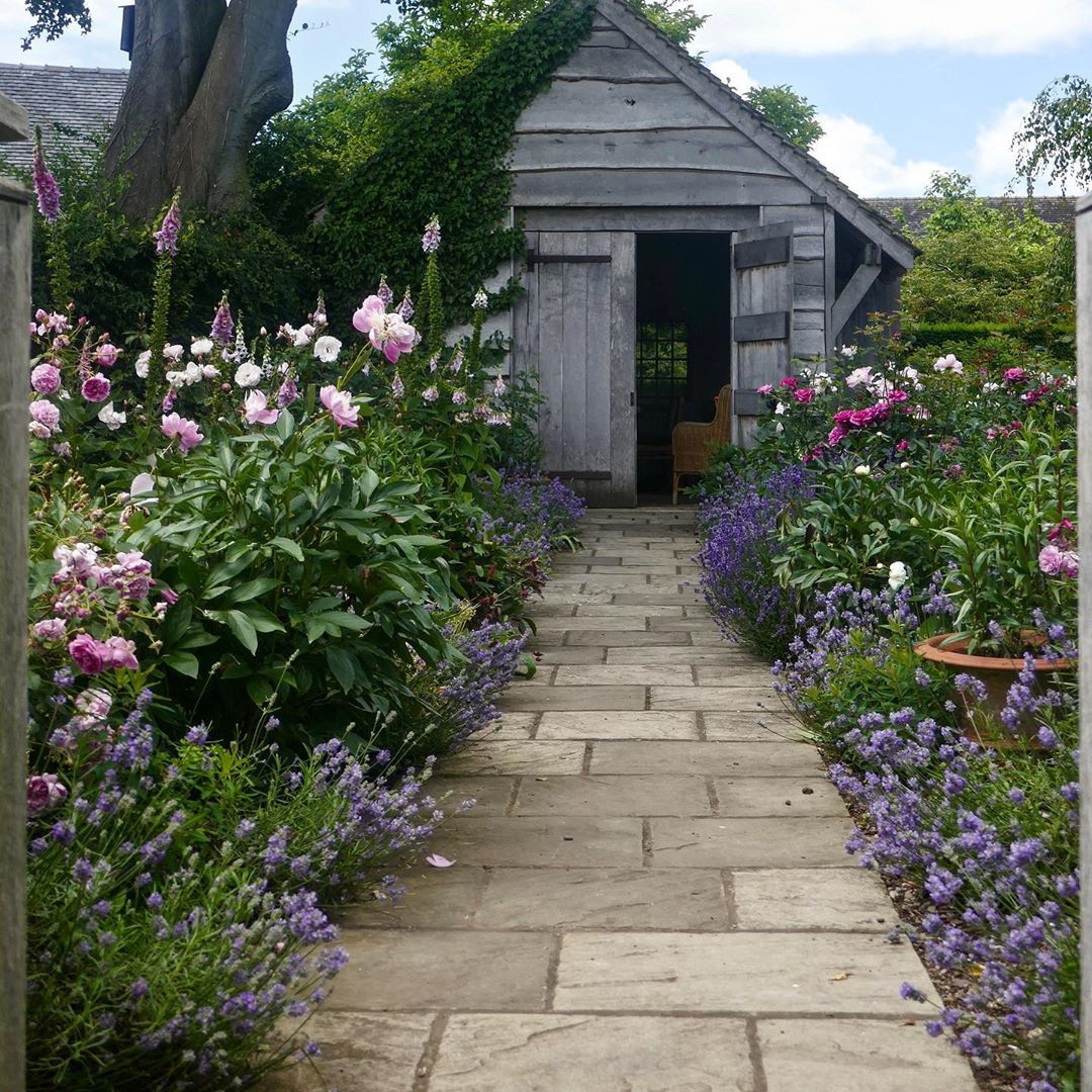 Claudia De Yong Designs On Instagram Some Gardens You Have To Visit Throughout The Seasons And Wollerton Old Hall In 2020 Backyard Landscaping Plants Planting Bulbs