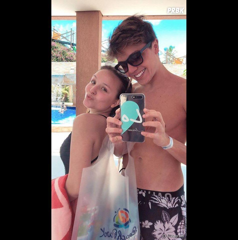 Larissa Manoela e o namorado, Leo Cidade, têm dia de folga em parque  aquático c353c06e6d