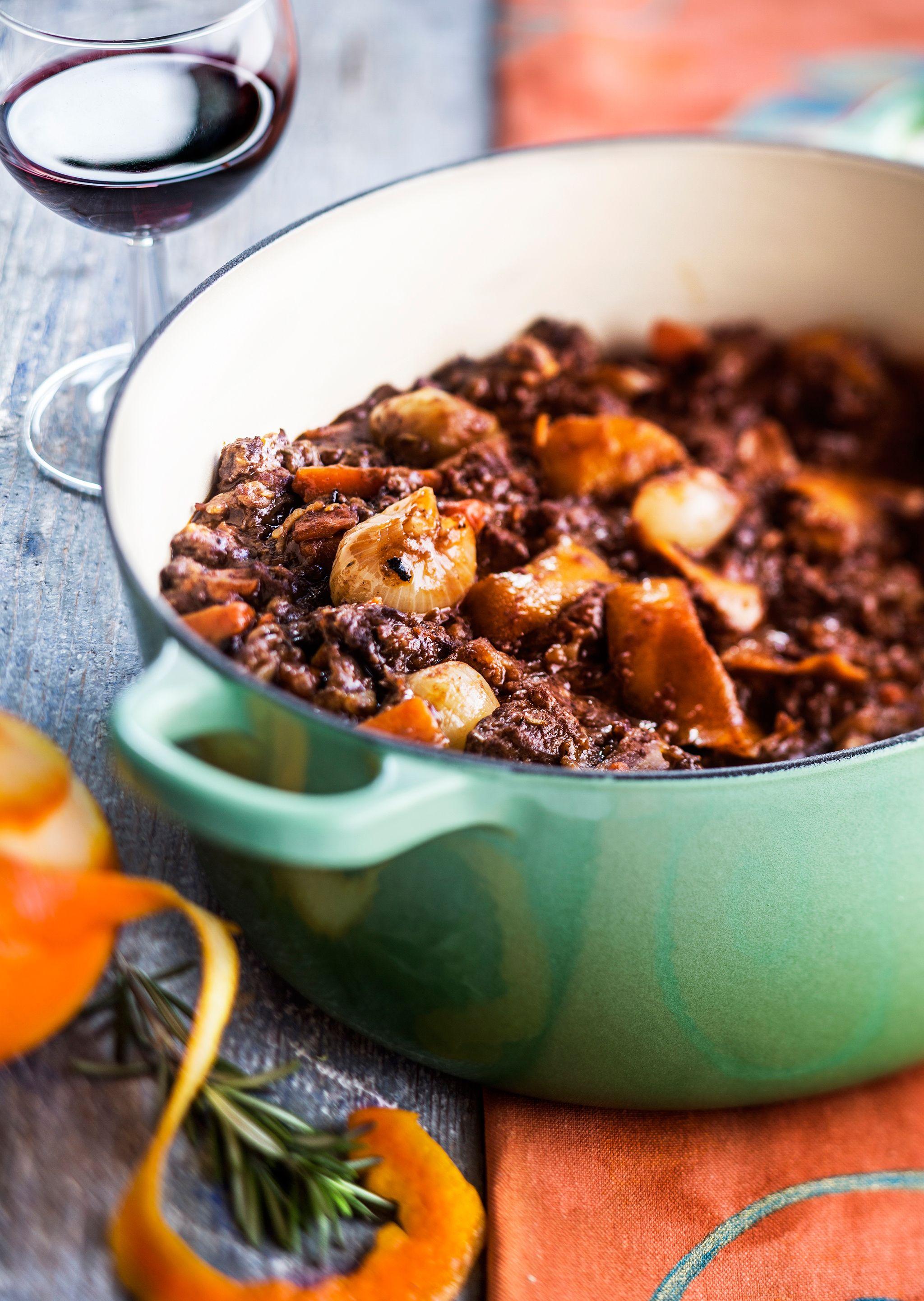 Burgundinpata on ranskalainen klassikkoruoka. Sen voi valmistaa naudan sisäpaistista, mutta oman arominsa pata saa riistasta, vaikkapa saksanhirvestä. Appelsiininkuori antaa burgundinpadalle hienostun...