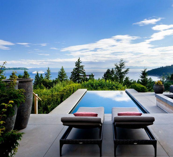 Belle piscine à débordement dévoilant une magnifique vue