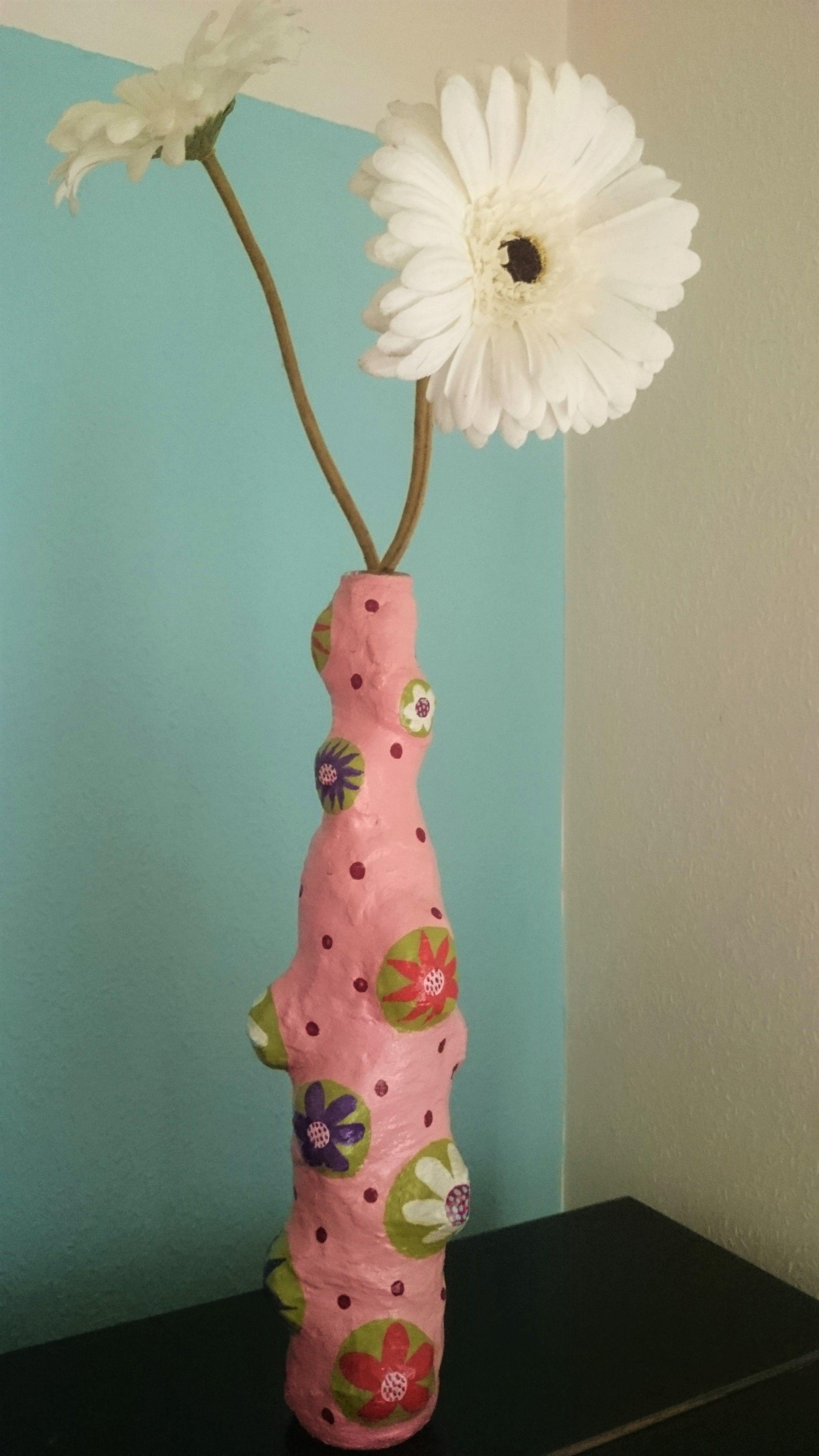 Individuelle bunte Vase!  Hier habe ich eine schmale Likörflasche mit ein paar kleinen Steinen beklebt, mit Gipsbinden umwickelt und danach mit Acrylfarben u. -lack bemalt.